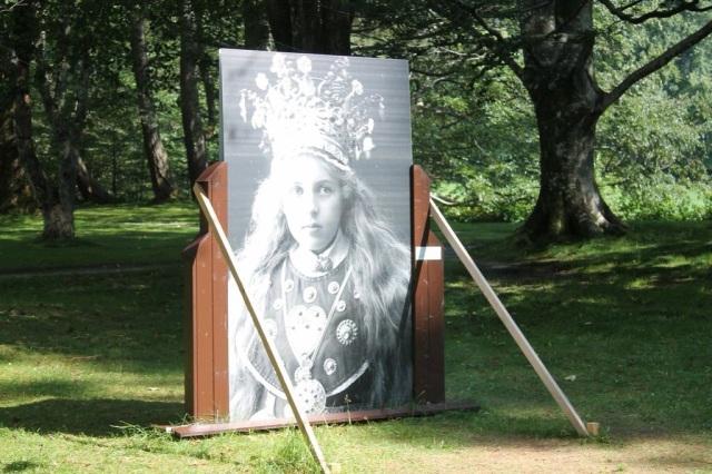 Årest kunst utstillt i og rundt hagen