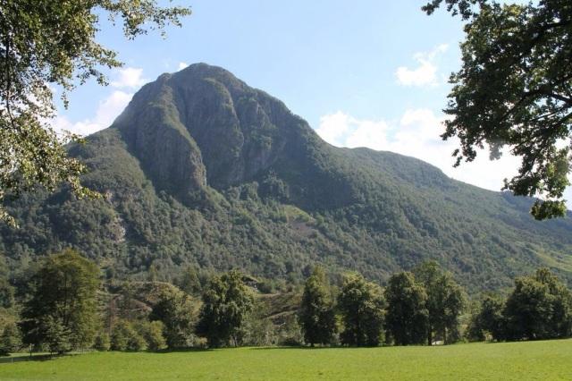 Baroniet er omringet av fjell